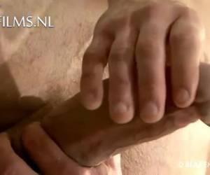 comentários muscular leva sua grande ferramenta em suas mãos