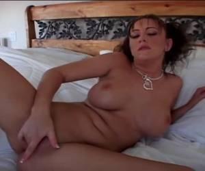 ella lame sus pezones mientras ella fingerfucks el coño calvo y consigue un orgasmo