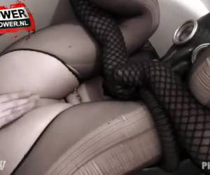 Kinky slet met gasmasker krijgt golden shower van lesbisch meisje