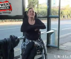 cappotto dalla sua sedia a rotelle