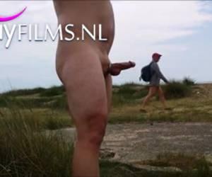 grueso gay tira su pene al aire libre