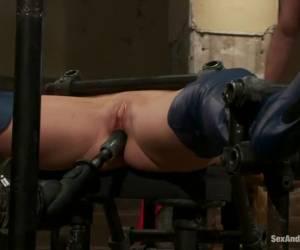 Na het neuken van haar kut neukt hij haar hard anal