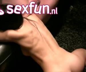 Haar arm gaat tot haar schouder in de anus van de man