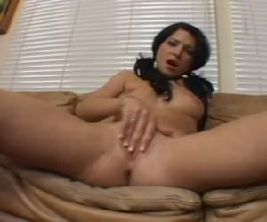 Sexy lingerie en een kale vagina de ze masturbeert