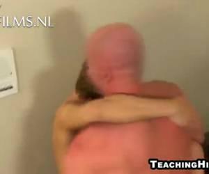 De man neukt de jongen hard en diep anal