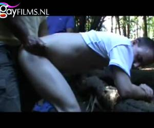Jongen filmt hoe hij anal geneukt wordt door mannen