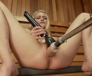 Voor de webcam laat ze haar mond vol sperma spuiten
