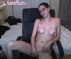 chica de gafas se masturba por la webcam