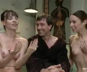 hermanas cachondas capturados por el doctor en el sexo anal.