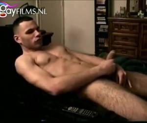 Kijkend naar een porno film mastubeerd de jongen zichzelf