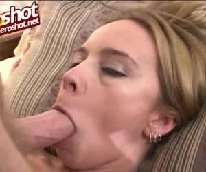 Ze kots zichzelf onder als zijn lul haar mond neukt