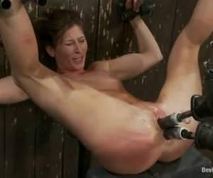 máquina de follar terribles torturas de su coño y su culo
