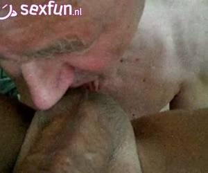 Opa de geile homo pijpt likt ballen en rimt zijn anus heeeel langzaam