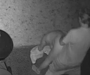 Tieners stiekem gefilmd als ze sex hebben in de achtertuin