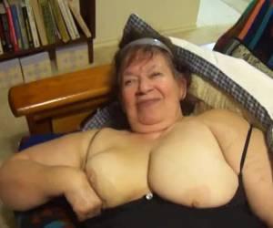 Oma neukt haar rijpe kut met een dildo
