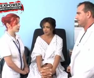 alexis silver en silla de la consulta del médico