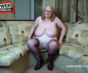 Mature teef speelt met haar grote tieten