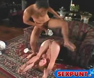 Zij wil de dikke lul zo hard en diep mogelijk in haar anus