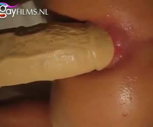Langs zijn gladde billen zo zijn anus in