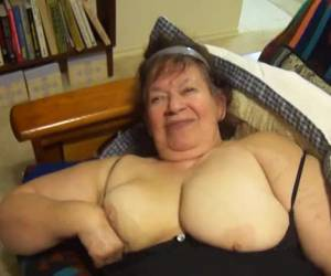 Deze dikke huisvrouw mastubeerd met een sex toy en pijpt de neger lul