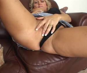 This mature housewife shows are movieing while they themselves masturbate